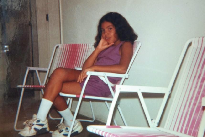 Eu com 8 anos, cabelo armado e dentes pré-aparelho