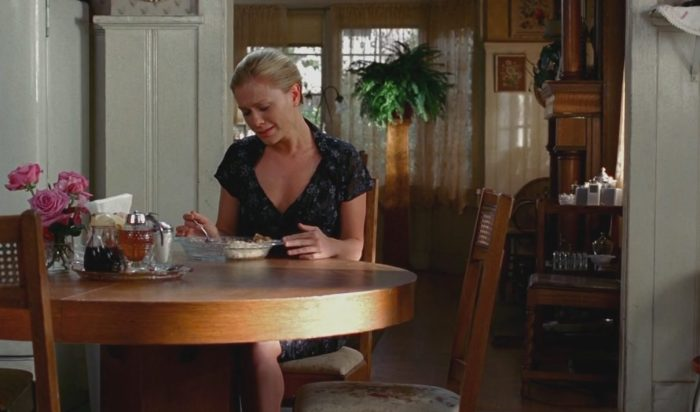 Sookie se despedindo da avó enquanto come o último pedaço de bolo que ela fez